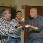 Czytelnicy z tortami zaglądali też do redakcji: ten za chwilę zdmuchną: Anna Leszczyńska, Bogusław Szymański i Jerzy Kamiński.